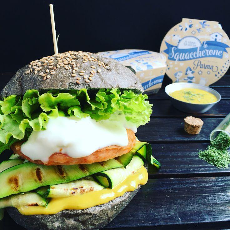 BURGER ONE: hamburger di giugno 2016 con pane al nero di seppia, salmone, squacquerone, zucchine grigliate, salsa di senape e aneto, insalata