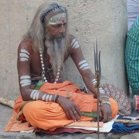 """Benarés, llamada la ciudad de la vida y la muerte. Sagrada para los hindúes; caótica para el resto. Sucia hasta hartarse, hipócrita hasta el límite; donde todo está en venta al precio """"adecuado"""" impuesto por sus habitantes. #Benares #Varanasi"""