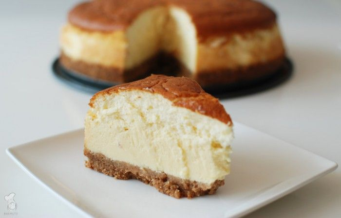 New York Cheesecake; met dit recept maak je een grote cheesecake met roomkaas. Makkelijk om te maken en lekker met wat fruitcompôte, bijvoorbeeld van aardbeien. Lees het recept via de bron!