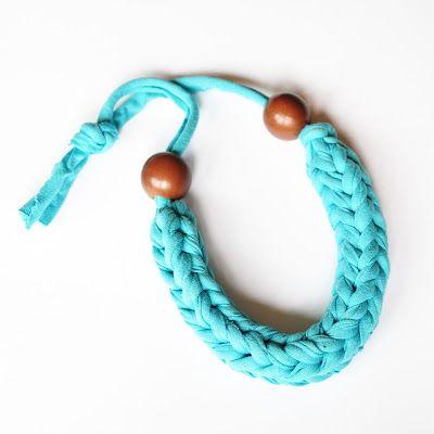 Missus D: DIY Tutorial: Crochet Necklace -- Tutorial para hacer un collar de crochet (trapillo)