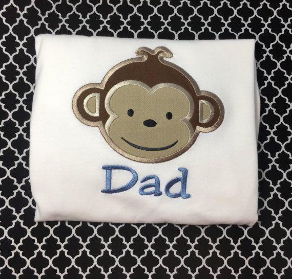 Este listado está para un manga corta o camiseta de manga larga con papá y mono!. ¡Gran manera de celebrar el cumpleaños de su hijo!!!! Enviar me un mensaje con el nombre que desee en él y qué tamaño usted necesita. ¡Gracias!    Camisas blancas.