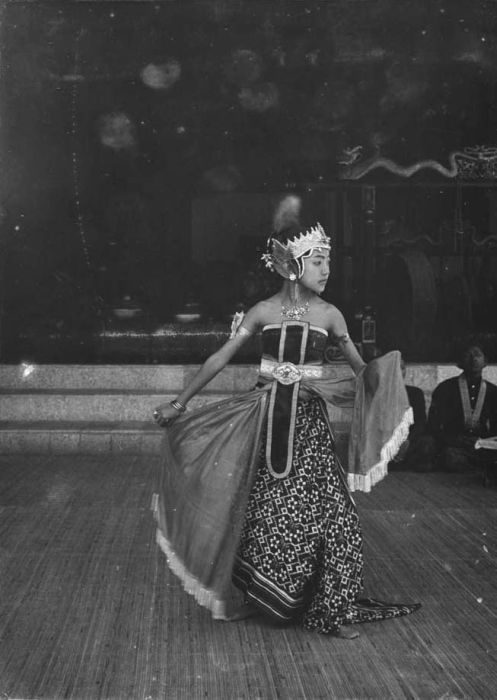 Traditional Javanese dance, 1900-1920 (Tropenmuseum)