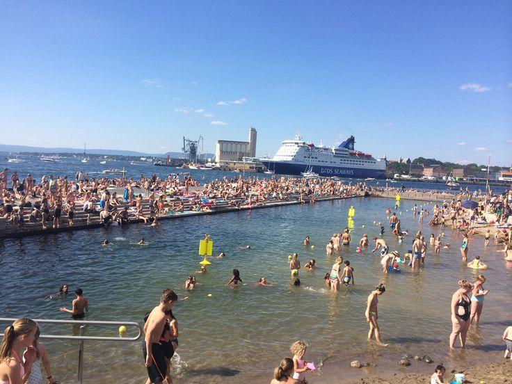 Sørenga, Oslo. Første Sørenga-bad, helt fullpakket en varm augustsøndag 2015. Oslos nye perle❤️ ✅