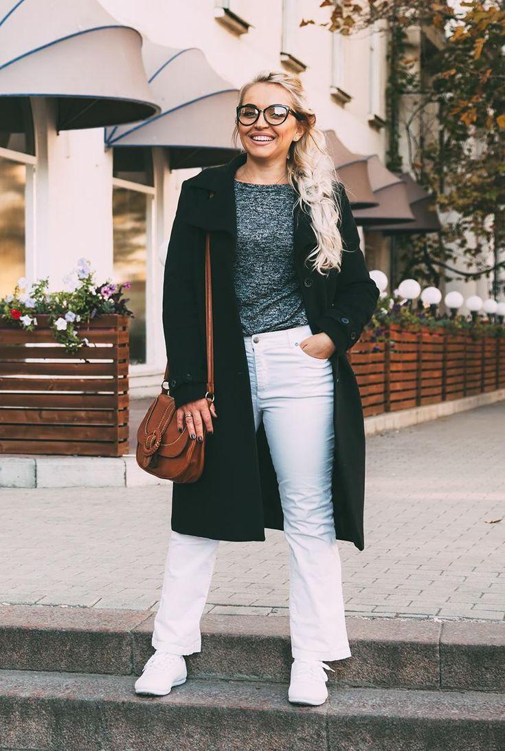 Conjunto abrigro negro, camiseta gris, pantalones tejanos blancos, zapatillas blancas y bandolera marrón  #misconjuntos #conjuntomoda #modafemenina #modamujer #modainvierno #abrigonegro #pantalonesblancos #camisetagris #fashion #lookstyle #looks