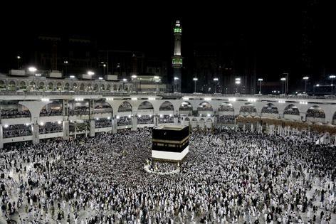 Pelgrims lopen om de Heilige Kaaba, het punt waar alle moslims naar bidden. De Kaaba is het belangrijkste islamitische heiligdom in Mekka.