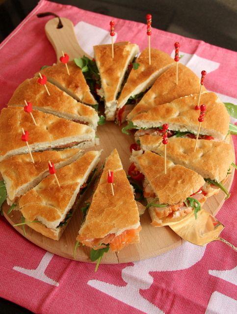 Feestje…? Nodig al je vrienden uit voor een taart …mét Turksbrood!  Halveer het brood overlangs. Snijd het brood nogmaals doormidden. De beide helften gaan we verschillend beleggen. Je kan eindeloos variëren met smaken en ingrediënten! Linkerhelft is gevuld met crème fraîche, bieslook, rucola en gerookte zalm.  Rechterhelft is gevuld met kruidenroomkaas, rucola, tomaat en gerookte kip. Zet voordat je het brood in punten gaat snijden alvast alle prikkers er in anders valt alles uit elkaar!