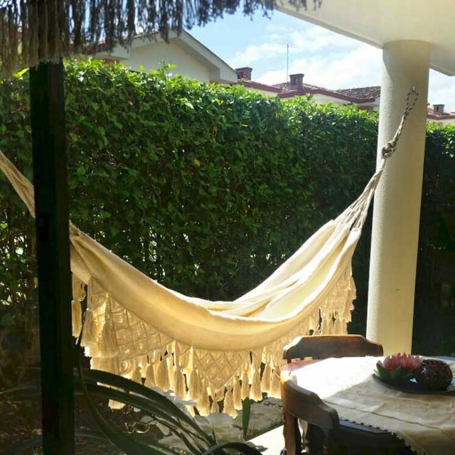 Getting an indoor hammock will create an oasis at home, a space to relax and enjoy, a happy corner that can be glamorous or bohemian.This picture is sent by our customer who lives in Cali.