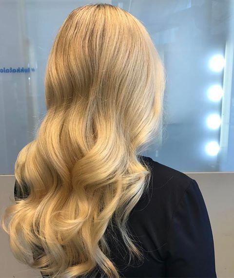 Ei ole tarvetta värjätä koko tukkaa kun voi tehtä raitoja ja ihana kiilto #zenz organig deep wood hair&body oil #raida #blondehair #sunglitz #turvallisempivärjäys #zenzorganic hair and body oil