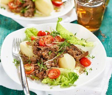 En inbjudande och krämig skavgryta med kantareller är en oemotståndlig middag. Kantarellerna smörsteks i en het panna tillsammans med löken innan mjölk, grädde, soja och timjan adderas. En utomordentlig doft sprider sig samtidigt i köket. Servera skavet med potatis sallad och gärna lite lingonsylt.