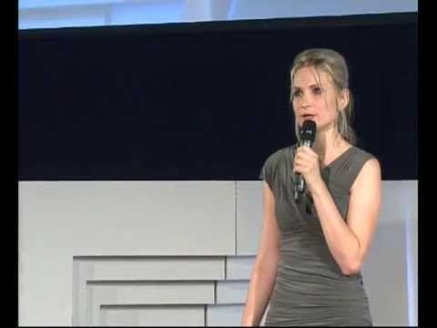 Máme více svobody než 90% planety, tak proč... stavíme zdi?: Iva Roze Skochová at TEDxPrague 2013 - YouTube