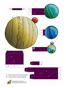 Les enfants qui ont envie de découvrir les planètes du système solaire vont adorer ce découpage en forme de petit livre en relief. Et les papas patients vont être mis à contribution pour le montage, car il s'agit d'être précis !Des petites cartes présentent chacune des planètes de manière rigolote, mais avec des vraies informations, pour mieux découvrir Vénus, Pluton et toutes les autres, ainsi que leurs habitants... imaginaires ! Vers l'infini et au-delà !