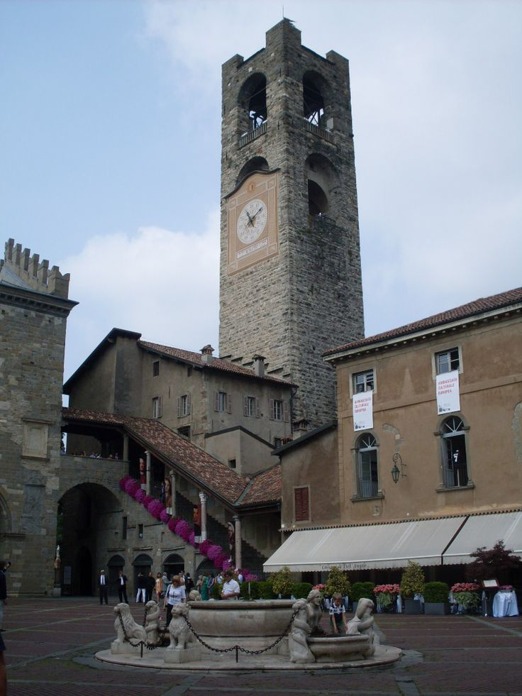 Una piazza en Bergamo
