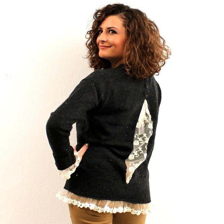 Πλεκτό πουλόβερ σε σκούρη γκρι απόχρωση με εκρού δαντέλα στα τελειώματα,στα μανίκια και πίσω στη πλάτη.  Ψηλά πίσω στη πλάτη έχει 4 διακοσμητικά γκρι κουμπάκια.  Η γραμμή του είναι χαλαρή.  Είναι one size.  Μήκος 58cm  50%viscose,38%polyester,12%wool $54.00