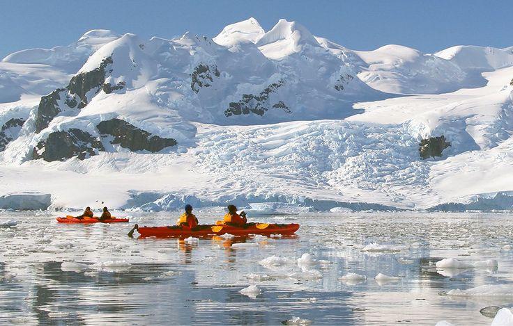 Kayak entre les blocs de glace - croisière en Antarctique