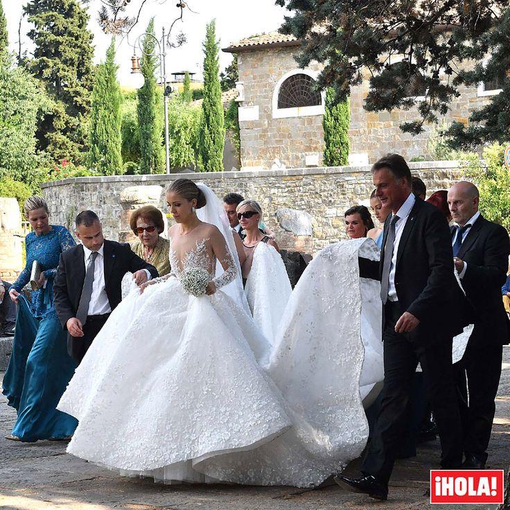 Victoria Swarovski se casa con un impresionante vestido... ¡de casi 800.000 euros! La heredera del lujoso imperio de cristales Swarovski ha dado el 'sí, quiero' al inversor inmobiliario Werner Mürz en un romántico enlace celebrado en la catedral de San Giusto en Trieste, Italia.  #victoriaswarovski #boda #vestido #novia #swarovski
