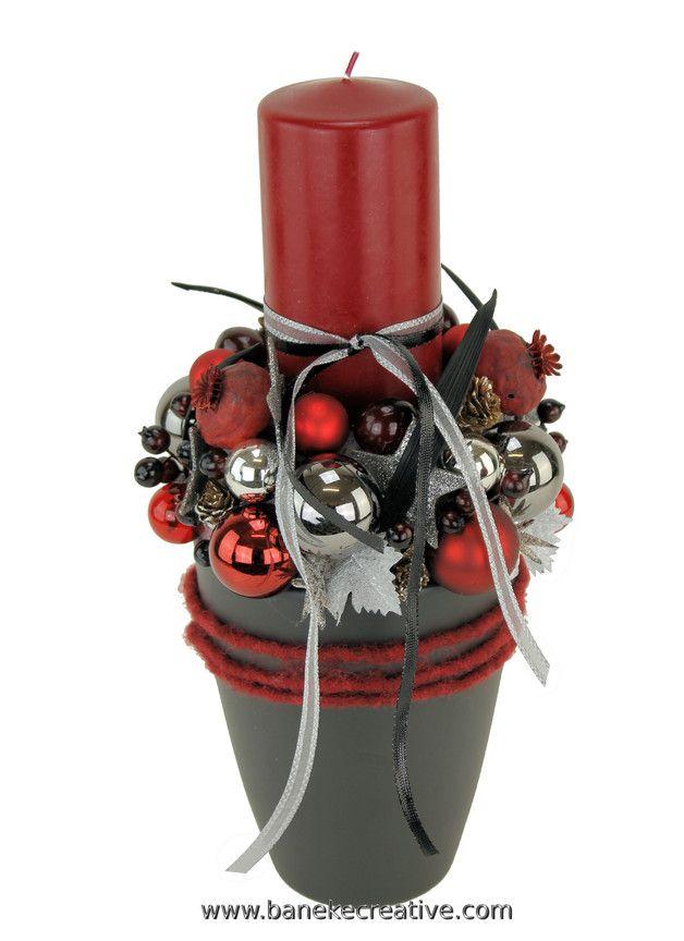 Romance In Rot- und Grautönen verzaubert dieses romantische Adventsgesteck. Die Bühne bildet eine graue Keramik-Vase, dekoriert mit einem bordeauxroten Band. Im Zentrum steht eine rote...