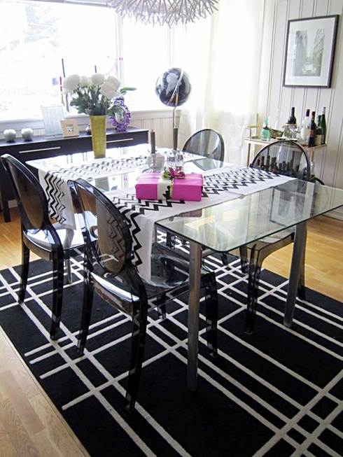 dining room: White Patterns, Dining Rooms, Contrast Patterns, Pop Of Colors, Flora Stripes, Dinning Rooms Décor, Ghosts Chairs, Ideas Decoration, Ghost Chairs