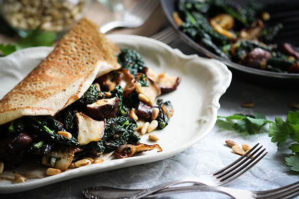 """Buchweizen-Galettes sind eine alte, bretonische Spezialität. Die gefüllten """"Pfannkuchen"""" aus Buchweizenmehl sind hervorragend für Menschen geeignet, die kein Gluten vertragen. Denn Buchweizen ähnelt zwar Getreide und kann ähnlich verarbeitet werden, stammt aber in Wirklichkeit von einer Art Knöterichgewächs. Vor allem aber schmecken diese Galettes einfach fantastisch und sind sehr sättigend. Vom Geschmack her leicht nussig …"""