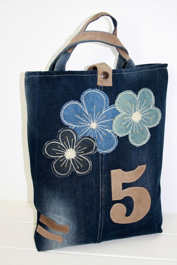 tas gemaakt van oude spijkerbroek met leren details