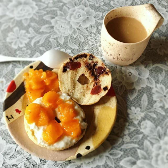 Instagram media by mmaarrrii - * 今日の朝ごはん ドライフルーツとチョコレートのベーグルに ヨーグルトと柿をのせる。 水切らないヨーグルトはダメだねー反省 やっぱりベチャベチャ。 でも美味しいからよし^ ^ . #ベーグル#柿#東恩納美架#朝ごパン