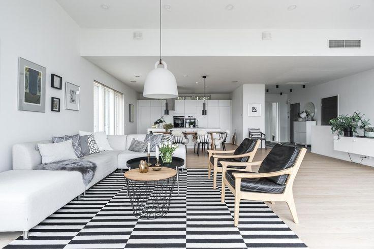 Viihtyisä mustavalkoinen olohuone