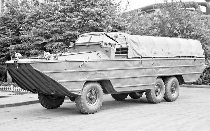 Амфибия ЗИЛ‑485 (ДАЗ‑485, ЗИС‑485) разработана на Днепропетровском автозаводе под руководством Виталия Грачева. Там построили два опытных образца, а производство в 1952 году развернули на ЗИСе. В 1959‑м выпуск перенесли в Брянск, где амфибии выпускали до 1962 года.