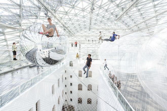 Tomás Saraceno: In Orbit at Kunstsammlung   怖いけど楽しい、地上6階の高さに広がる巨大ハンモック:ギャラリー « WIRED.jp  「わたしにとってこの作品は、三次元と時間の概念、3Dの蜘蛛の巣、脳神経組織の枝分かれ、ダークマター、宇宙の構造などを視覚化したものです。In Orbitのなかでは人間の体は惑星であり、分子であり、社会的ブラックホールでもあるのです」