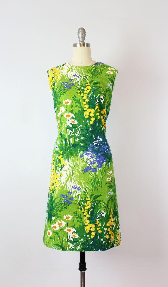 Vintage jaren 1950 katoen piqué gemengde bloemen print jurk door Nelly de Grab. Helder en vet afdrukken van wilde bloemen in wit, groen, geel, violet, blauw en oranje. Mouwloos, schede stijl met een GENAAISTE buste en rechte pasvorm (zie afbeelding afgekapt taille). Gemaakt van een comfortabele en middelgrote gewicht katoen pique dat wordt gevoerd op het bovenste lijfje en de achterzijde van de taille tot net boven de zoom. Metalen rits op de rug.  Meest geschikt zou zijn voor een Medium  ♦…