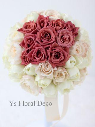 12月にペニンシュラホテル東京さんで挙式ご披露宴の新婦さんのため、お作りさせていただいたラウンドブーケです。中央部分にピンクベージュのバラを固め、周りは白...