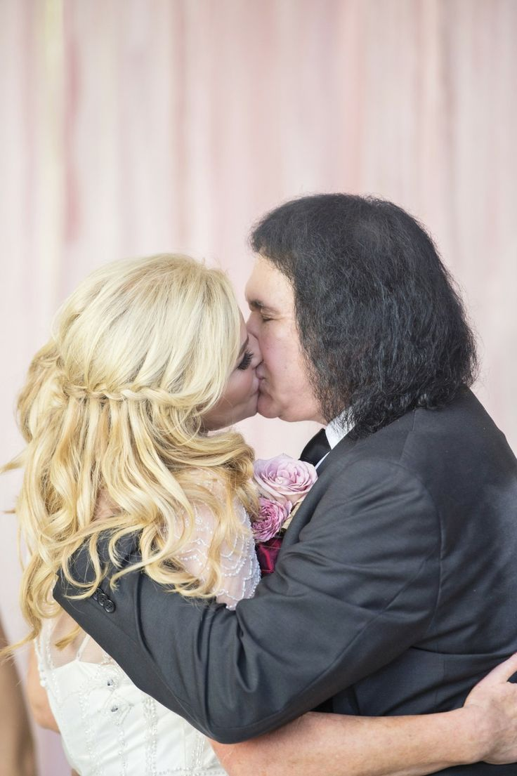 "Shannon & Gene share a ""KISS"" after their vow renewal 