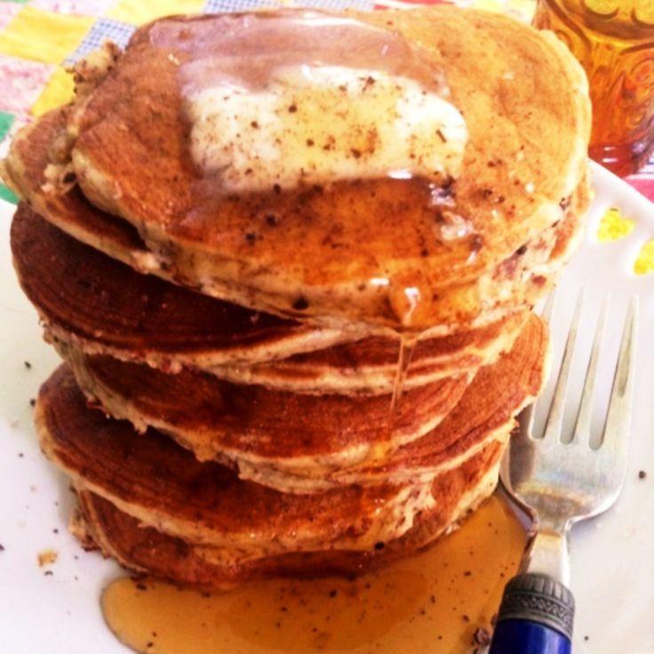 小麦粉・グルテン無し!アーモンドプードル パンケーキ   アーモンドの粉があれば簡単に出来る、そしてとってもふわふわでおいしいパンケーキ作ってみました。個人的にはかなり気に入りました。アーモンドはヘルシー。 小麦粉はグルテンを含むので失敗すると固くなる可能性があるけどアーモンドはグルテン フリーです。いつもフワフワ。注)うちのは皮付きアーモンドプードル  **アーモンドの粉だけパンケーキ**  <材料 :直径7cmの8枚分> アーモンドの粉1カップ 卵1個 牛乳または豆乳 1/2カップ 塩小さじ1/2 バニラ小さじ1/2 ベーキングパウダー小さじ1/2  <作り方> 1) 順番も関係なく全てを混ぜる 2)レンゲのスプーン1杯ずつぐらいの量をフライパンで焼く 3)バターやシロップなどお好みのトッピングでどうぞ  作る手順はブログでご覧くださいね。http://ameblo.jp/kuishinbou/entry-11863455685.html  ブログ<遠い目の食いしん坊> http://ameblo.jp/kuishinbou/ アンティークショップ American…