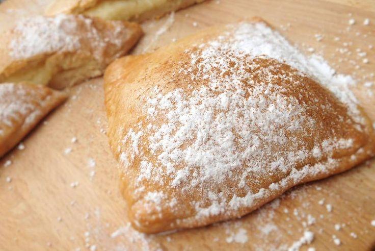 Μπουγατσάκια με κρέμα (εύκολη συνταγή)  Ούσες θεσσαλονικιές δε θα μπορούσαμε παρά να τιμήσουμε πολλάκις σε αυτό εδώ το μπλογκ τη μία και μο...