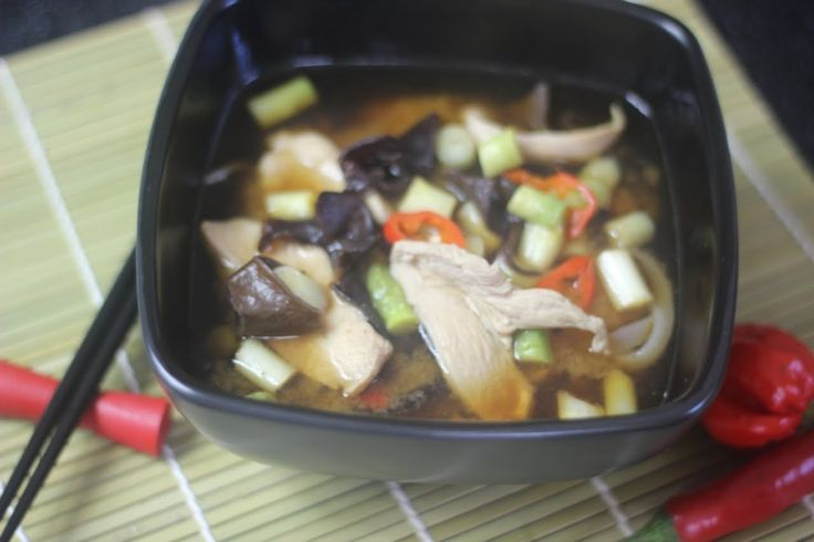 Jak zrobić Zupę Miso z Kurczakiem - Video Przepis na japońską zupę na bazie bulionu rybnego dashi oraz pasty miso. Wersja z kurczakiem jest naprawdę smaczna i pożywna. Smakowało? Nie zapomnij skomentować :)