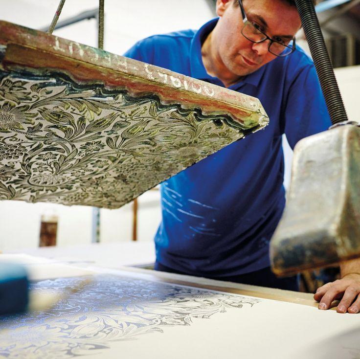 Фабрика #MorrisCo всегда стремится оставаться верной ценностям мастерства Уильяма Морриса, поэтому продолжают использовать традиционные методы деревянной блочной печати обоев при разработке новых дизайнов. #williammorris #morrisandco #prints #interiors #blockprinting #artsandcrafts #английскиеобои #обои #domoi24 #интерьер #дизайнквартиры #обоидлястен #обоиназаказ #обоинастену #обоидлядома #обоивналичии #обоимосква #обоиспб #обоиподзаказ #обоивинтерьере #обоивспальню #обоивдетскую…