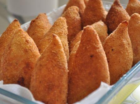 Essa receita de coxinha cremosa sem farinha de trigo é sensacional! Cremosa e de sabor surpreendente. Experimente!