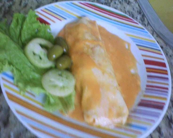 Massa:  - 1 copo de leite  - 1 copo de farinha de trigo sem fermento  - 1 ovo  - 1 colher (sopa) de óleo  - 1 pitada de sal  - Recheio:  - 1/2 kg de peito de frango sem osso e sem pele  - 1 tomate picado  - 1 cebola picada  - Coentro á gosto picado  - 1 pimentão pequeno picado  - 4 dentes de alho amassados  - Metade de 1 limão  - 1 tablete de caldo de galinha  - 1 fio de óleo  - Colorau, cominho, pimenta-do-reino e sal a gosto  - Molho:  - O caldo do cozimento do frango  - 1 caixinha de ...