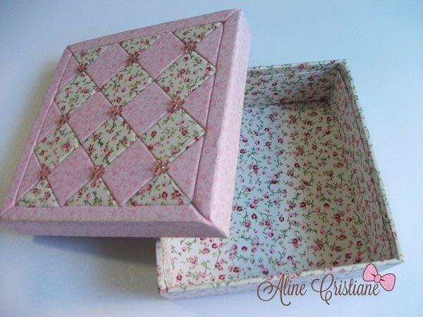 Linda caixa forrada com tecido 100% algodão e com a técnica de patchwork embutido na tampa.    Tema: Mosaico  Cor: Rosa floral  ...