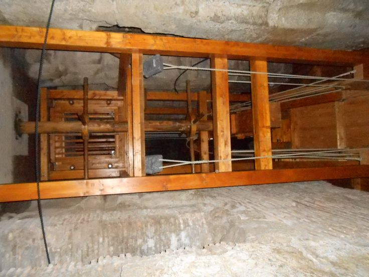 This is a replica of the system the Colosseum used to get animals or gladiators up to the stage. It uses a trapdoor and a cage which is pulled up by slaves.