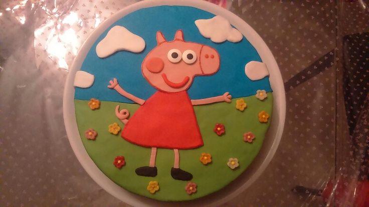 Mi primera tarta de fondant de peppa pig para el tercer cumple de mi princesa . A ella le ha encantado y yo feliz con el resultado al ver su cara de ilusión y encima siendo la primera tarta de este tipo que hago ... y el relleno buenísimo : ganache de chocolate , lo recomiendo porque además es fácil de trabajar con las tartas de fondant.