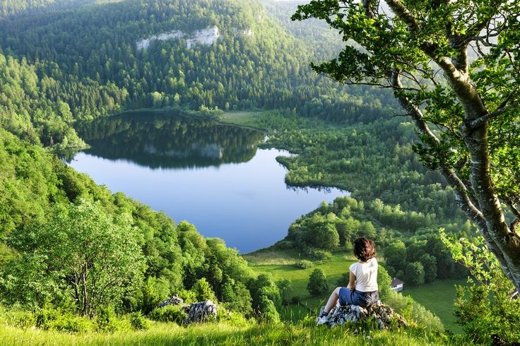 Le Lac de Bonlieu, un lac sauvage et préservé | Jura France| Crédit photo : Stéphane Godin/Jura Tourisme | #JuraTourisme