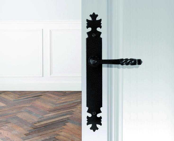 Poignée de porte rustique Armorique de la marque Brionne en fer forgé noir.