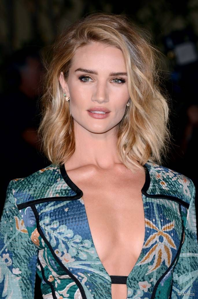 Rosie Huntington-Whiteley é fã do styling de ondas com pontas retas