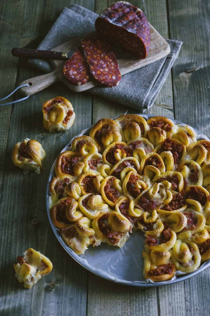 La focaccia ripiena pizzicata è un aperitivo davvero originale e inaspettato: a ognuno il proprio pizzico, con la farcitura preferita!