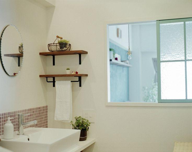 19610[1]洗面室側からだと、こんな風になります。 鏡もタイルも棚も可愛らしくて、こんな洗面室ならリビングから見えても、すてきですね。