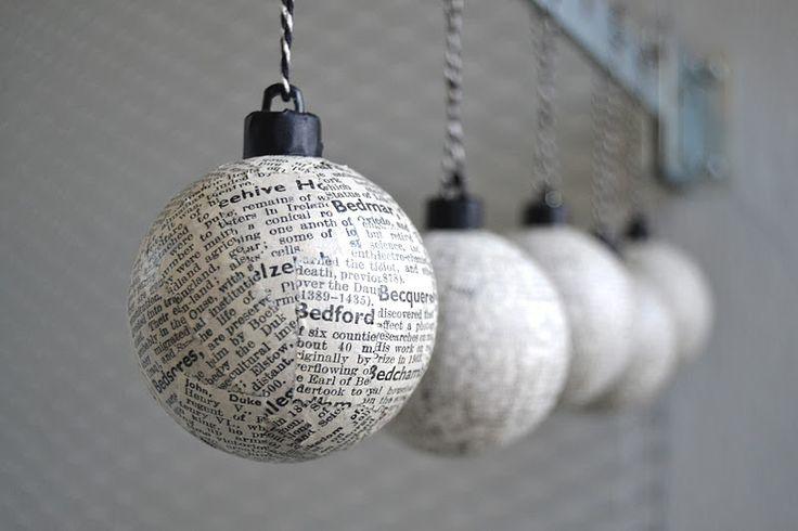 Recouvrir une vieille boule de Noël de petits morceaux de journal ou de partitions anciennes