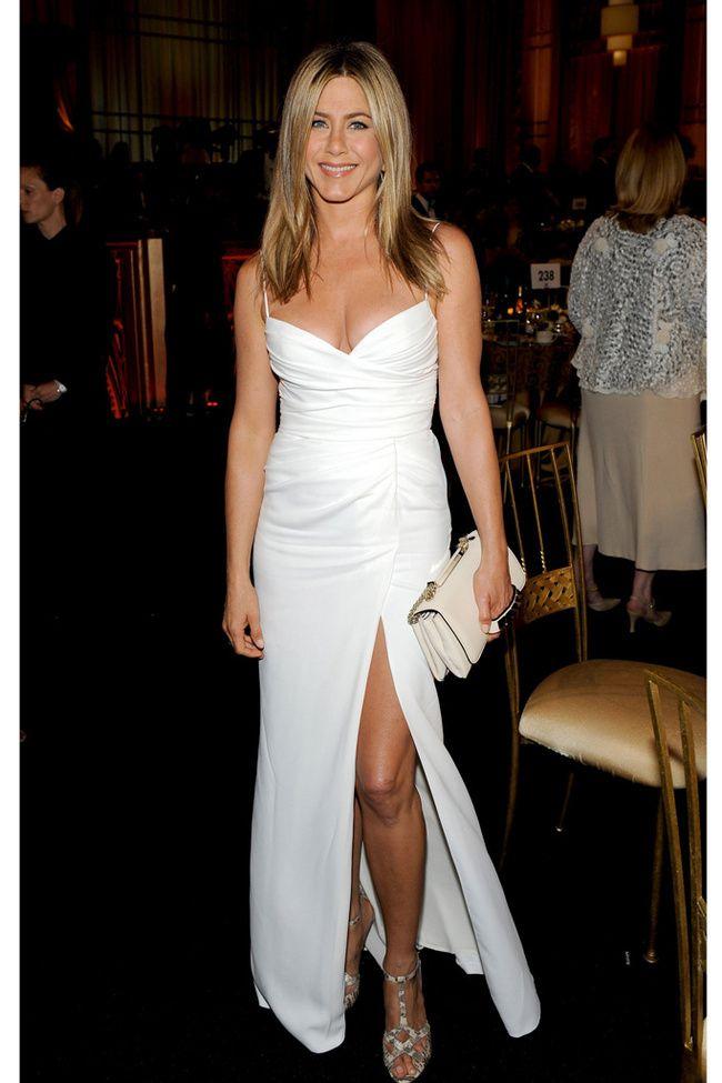 El famoso vestido blanco de Jennifer Aniston en la gala Afi es clásico y sensual a la vez. Su tip, la abertura lateral y el escote corazón.
