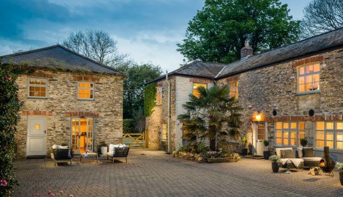 casa y campo, villas de piedra con centanales, patio pavimentado con sillones y palmera