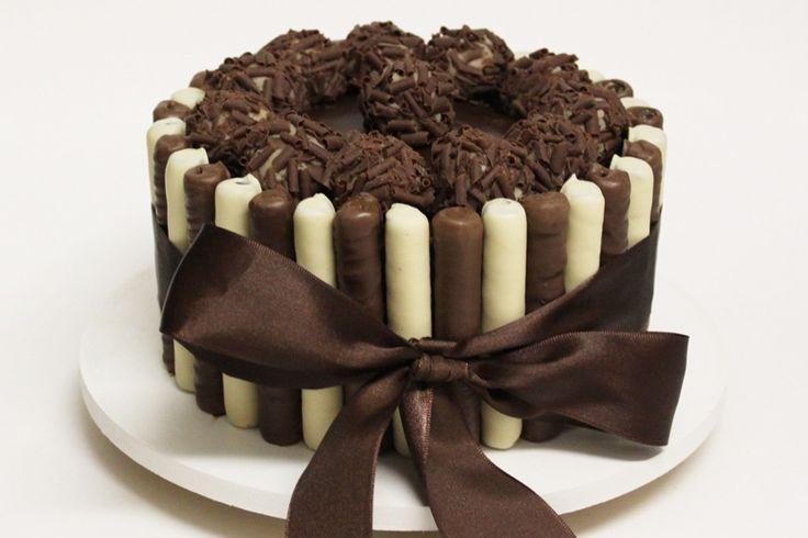 bolo de chocolate com recheios de doce de leite com paçoca e ganache meio amargo, coberto com brigadeiro de paçoca e chocolate, decorado com palitinhos recheados de chocolate branco e ao leite. #cake #chocolate #brigadeiro