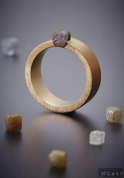 Anneau or 18 carats et diamant brut gris par Nathalie Dmitrovic, exclusivement…