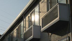 """全国で深刻化する「空き家問題」。とりわけアパートなどの賃貸住宅は5戸に1戸が空き部屋となる一方、新規の建築は増え続けている。そのおよそ半数を占めているのが、住宅メーカーや不動産会社が提案する""""サブリース""""形式のアパート。会社は、空き部屋があっても「30年家賃保証」するとして、土地を持っている農家などにアパート建設を提案。土地の持ち主は税金対策にもなるしリスクも少ないと、多額の借金をしてアパートを建て、運営を会社にまかせる。しかし、取材を進めると、想定されていた家賃が保証されないなどとしてトラブルが相次いでいる。また、実際の需要を超えて、次々と新しい賃貸住宅が建設され、地域の空洞化が深刻な状態となる地域も出てきている。増え続ける「空き部屋」を通じて、日本の住宅政策のあり方を問う。"""